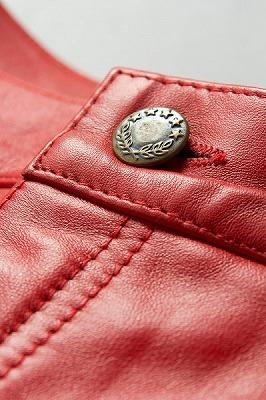 赤いレザーパンツ