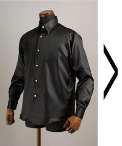 黒いサテンシャツ