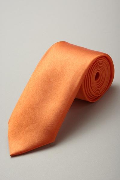 オレンジ色ネクタイ