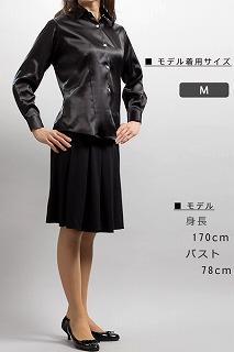 黒い女性用サテンシャツ