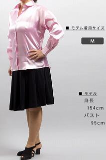 光沢のあるピンクシャツ