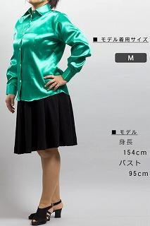 光沢のある女性用緑色のシャツ
