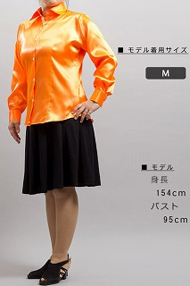 光沢のある女性用橙色のシャツ